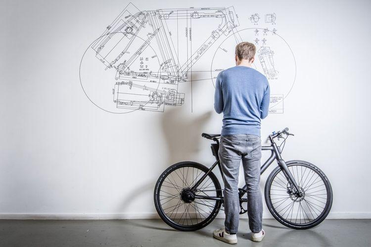 Dans les bureaux de Cowboy, à Bruxelles. La start-up fondée en 2017 développe des vélos électriques et connectés, conçus comme le prolongement d'un smartphone.