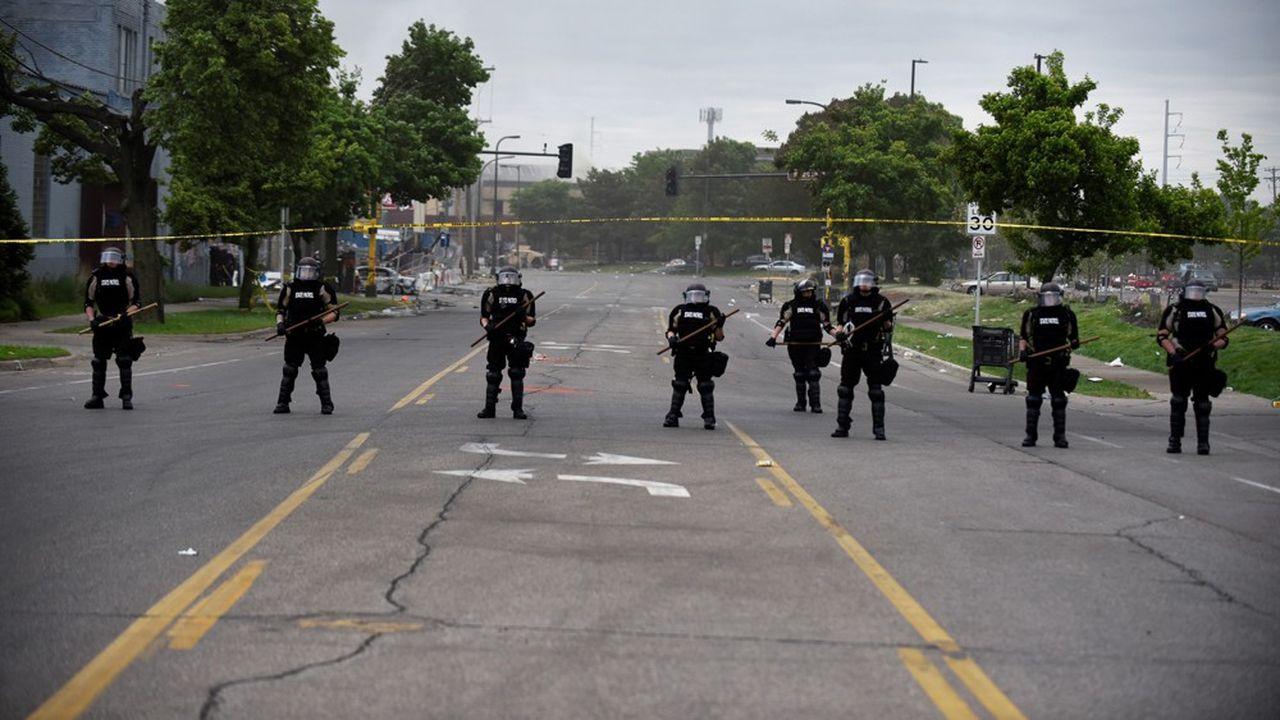 Plusieurs rues ont été bloquées à Minneapolis mais cela n'a pas empêché les manifestants d'incendier un commissariat pendant la nuit.