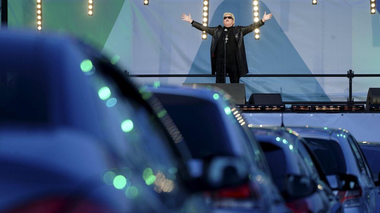 Le 15 mai à Bonn, en Allemagne, le chanteur Heino s'est produit pour la première fois de sa vie devant une foule... de voitures.