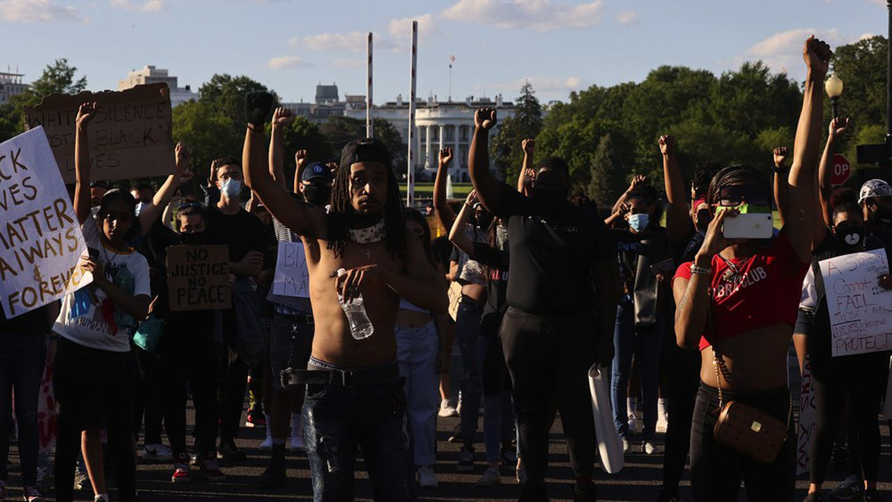 Des manifestants devant la Maison Blanche, à Washington. Donald Trump a convoqué ce lundi une réunion avec les gouverneurs des Etats.