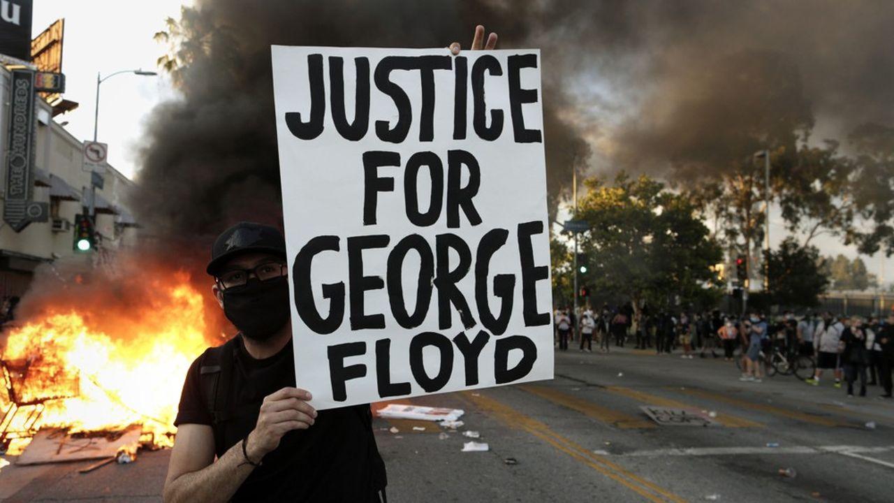 A Los Angeles, où le souvenir des émeutes de 1992 reste vif, des commerces ont brûlé.