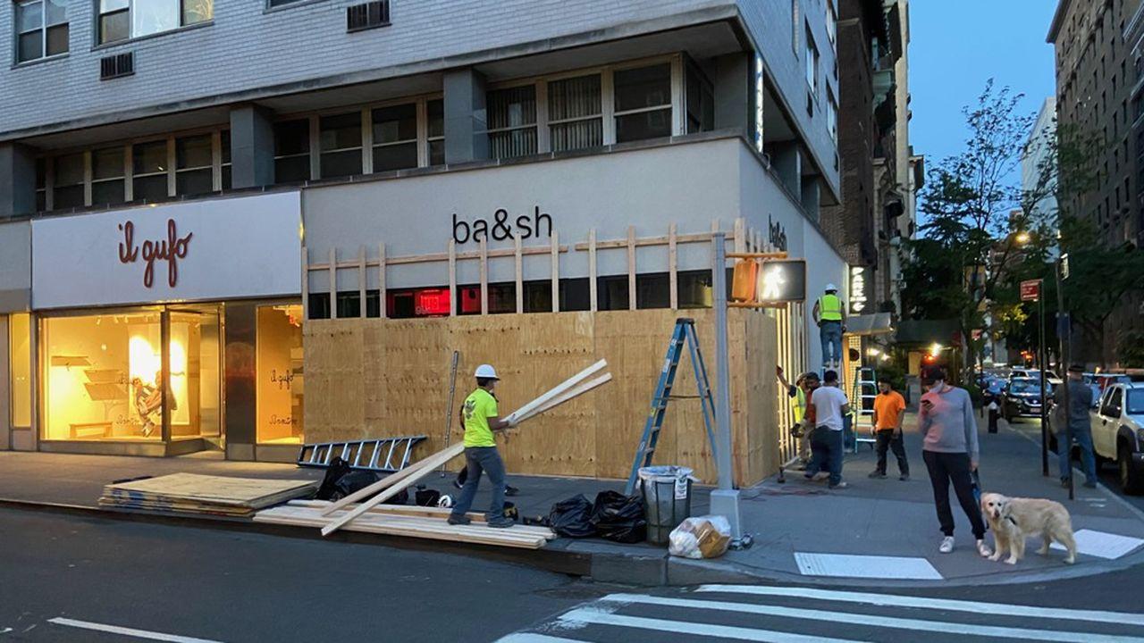 Dans le quartier de l'Upper East Side, les grandes marques internationales comme Nespresso, Apple ou Ba&sh ont monté à la hâte des plaques de contreplaqué pour protéger leurs vitrines.