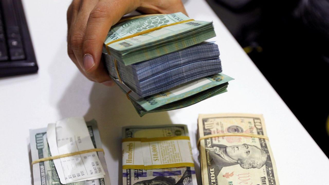 Des livres libanaises et des dollars américains chez un marchand de devises à Beyrouth.