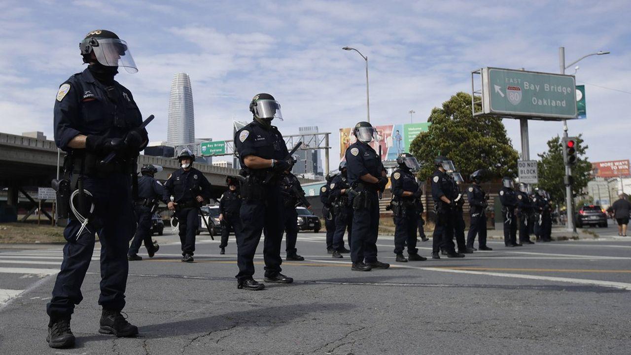 Des policiers bloquent une rue pas loin du Bay Bridge, le pont qui relie San Francisco à Oakland.