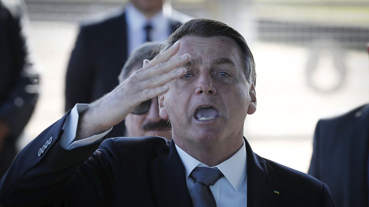 Le président du Bresil Jair Bolsonaro, à son arrivée au palais de l'Alvorada, s'adresse à ses sympathisants.