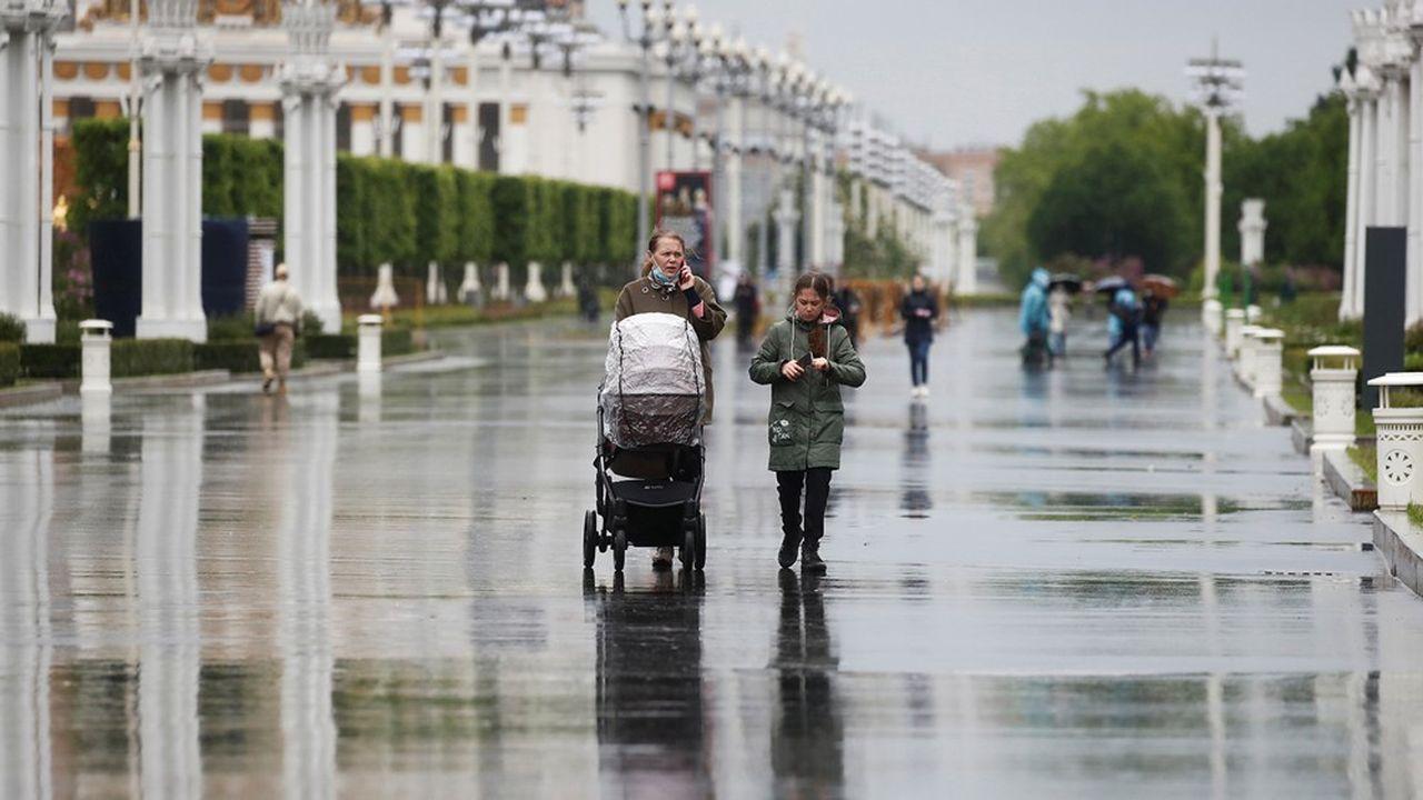 Les passants à Moscou profitent d'une nouvelle étape du déconfinement, avec la réouverture de nombreux sites et magasins.