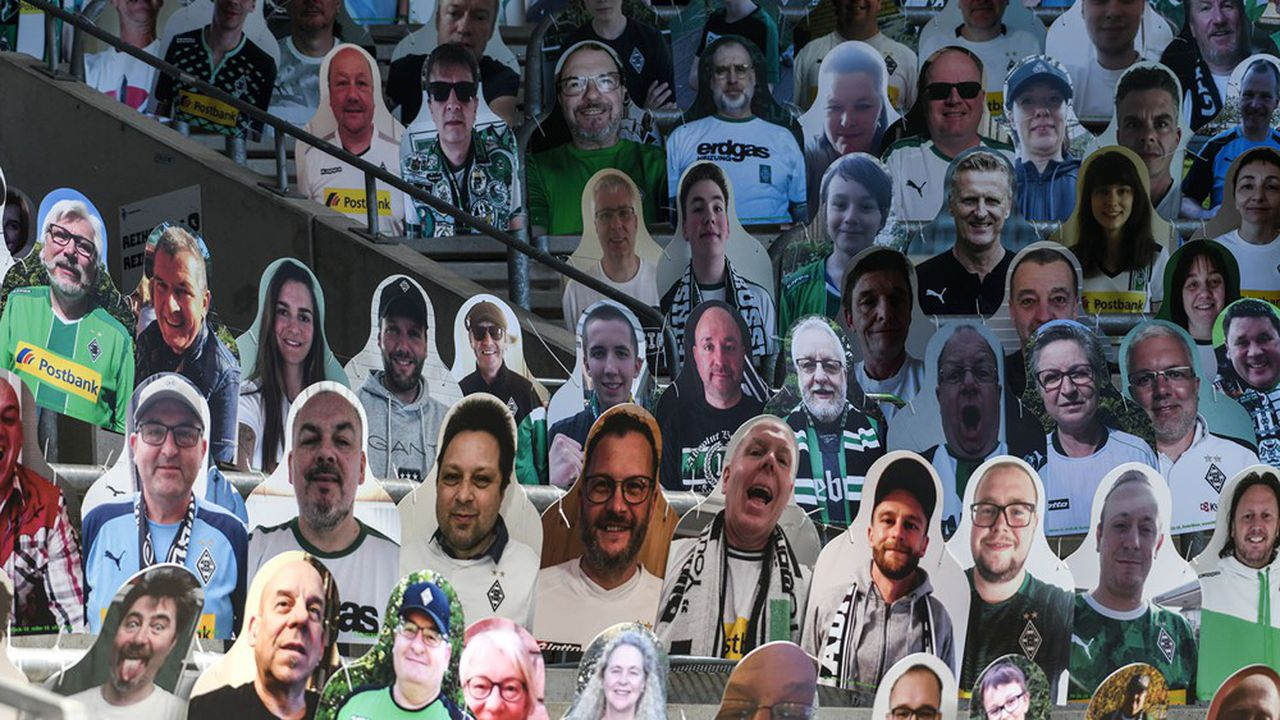 Près de 13.000 effigies de supporters en carton ont été installées dans les tribunes du stade de Mönchengladbach, qui accueillait le 23mai un match à huis clos de la 27e journée de Bundesliga contre Leverkusen.