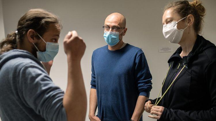 Paris, le 19 mai 2020. Elise et Yves écoutent les conseils de l'infirmier-coordinateur des équipes mobiles, Samy El-Amri.