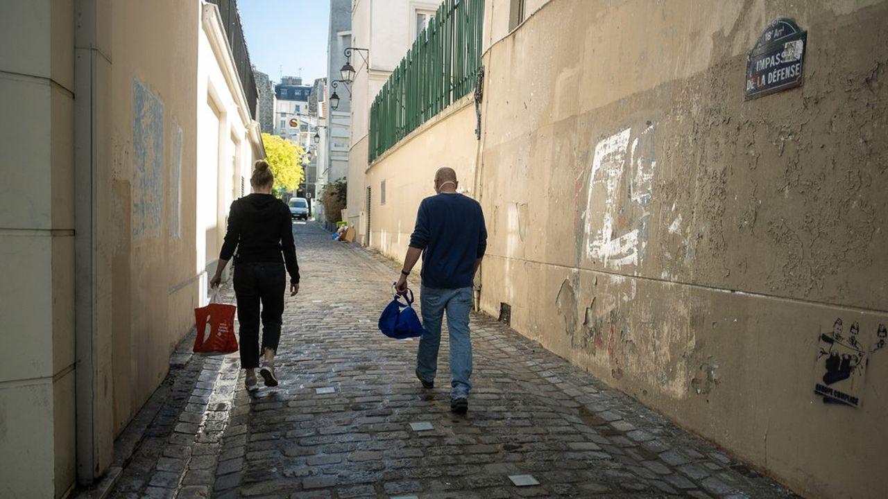 Paris, le 19 mai 2020. Elise et Yves, deux infirmiers libéraux du 18ème arrondissement, se rendent chez leur premier patient de la journée afin de lui faire un test PCR.