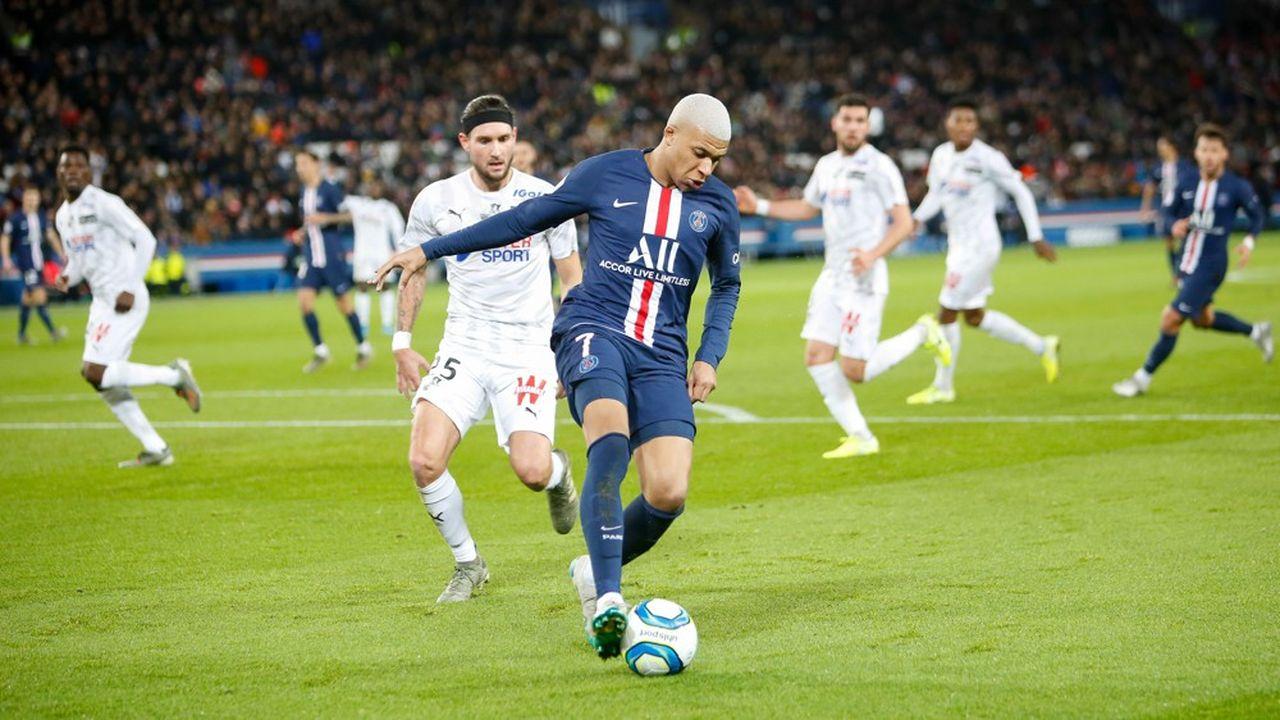Les revenus de la Ligue 1 ne cessent de s'accroître, avec en premier lieu l'augmentation de ses droits. Mais, elle reste déficitaire, les transferts permettant de rééquilibrer sa situation, le PSG étant par ailleurs un club hors normes.