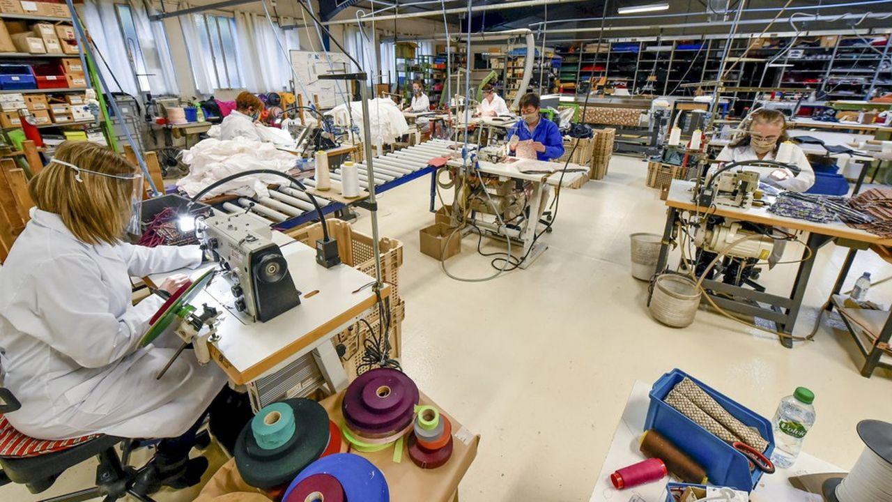La question de la relocalisation de filières stratégiques est l'une de celles identifiées pour le monde d'après (ici l'entreprise Piganiol, fabricant de parapluie, reconvertie dans la production de masques en tissu pendant la crise sanitaire).