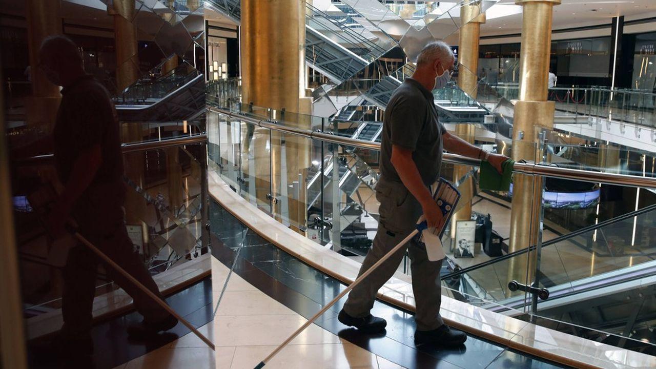 Non molti ateniesi frequentano questo centro commerciale, che è appena stato riaperto a metà maggio.
