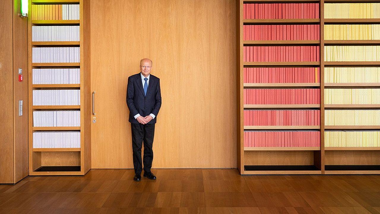 Koen Lenaerts, président de Cour de justice de l'Union européenne (CJUE), photographié le 14 mai dernier dans la salle des délibérés, devant toute la jurisprudence de l'institution. Chaque couleur d'ouvrage correspond à une langue.