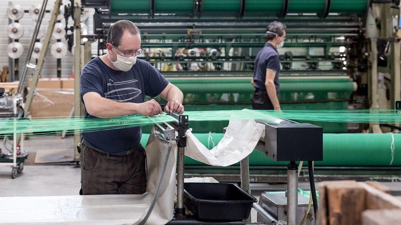 La production de masques a permis de limiter les dégâts dans le secteur textile pendant le confinement, mais depuis le 11mai, la demande se réduit comme peau de chagrin.