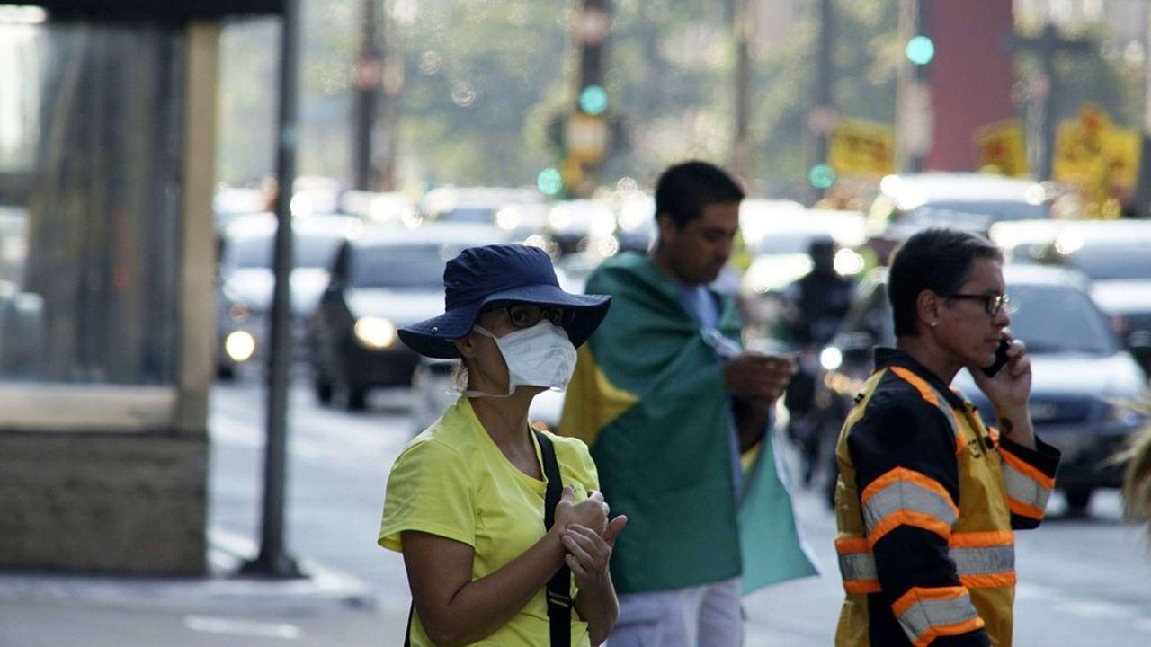 Une femme porte un masque dans les rues de Sao Paulo, au Brésil.