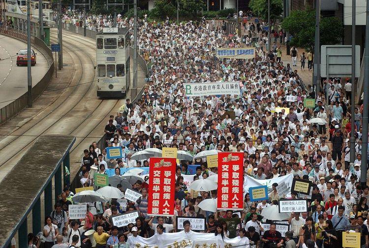 Pour le sixième anniversaire de la rétrocession de Hong Kong à la Chine, une manifestation réunit 500.000 personnes pour protester contre l'adoption d'une loi sur la sécurité nationale.