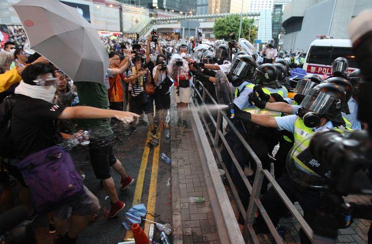 A l'automne 2014, le mouvement Occupy Central organise le blocage du quartier d'affaires de Hong Kong et de grandes manifestations.