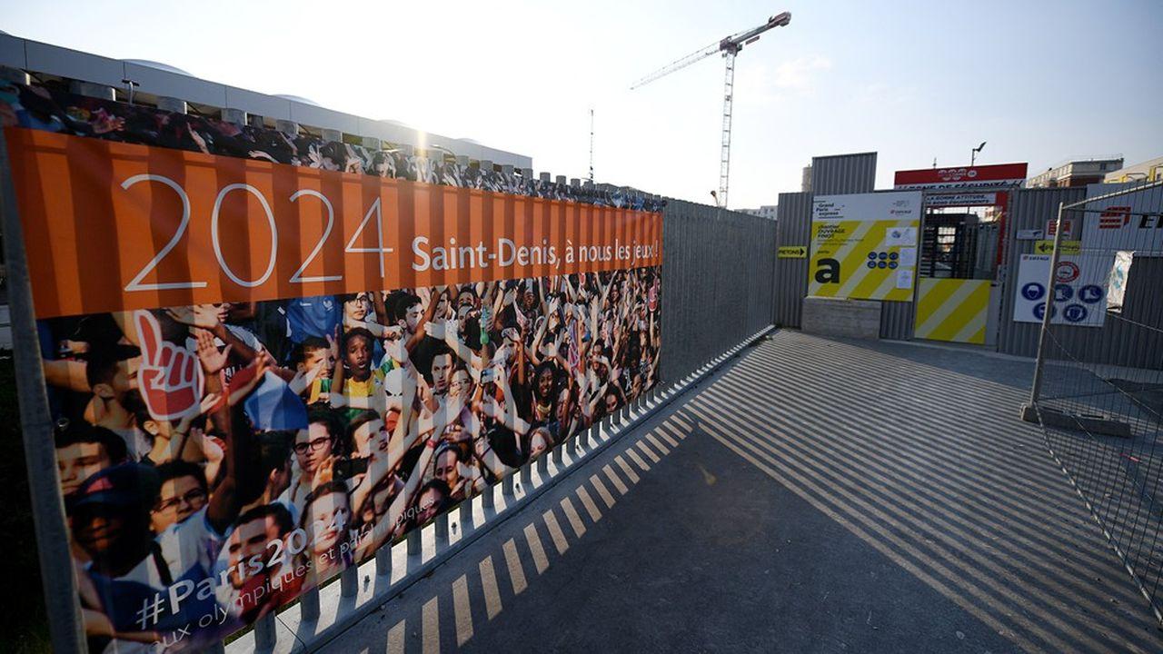 Stoppé quelques semaines par la crise sanitairele chantier du village olympique et paralympique de Saint-Ouen a redémarré le 27avril avec toutes les précautions d'usage. (Photo by FRANCK FIFE/AFP)