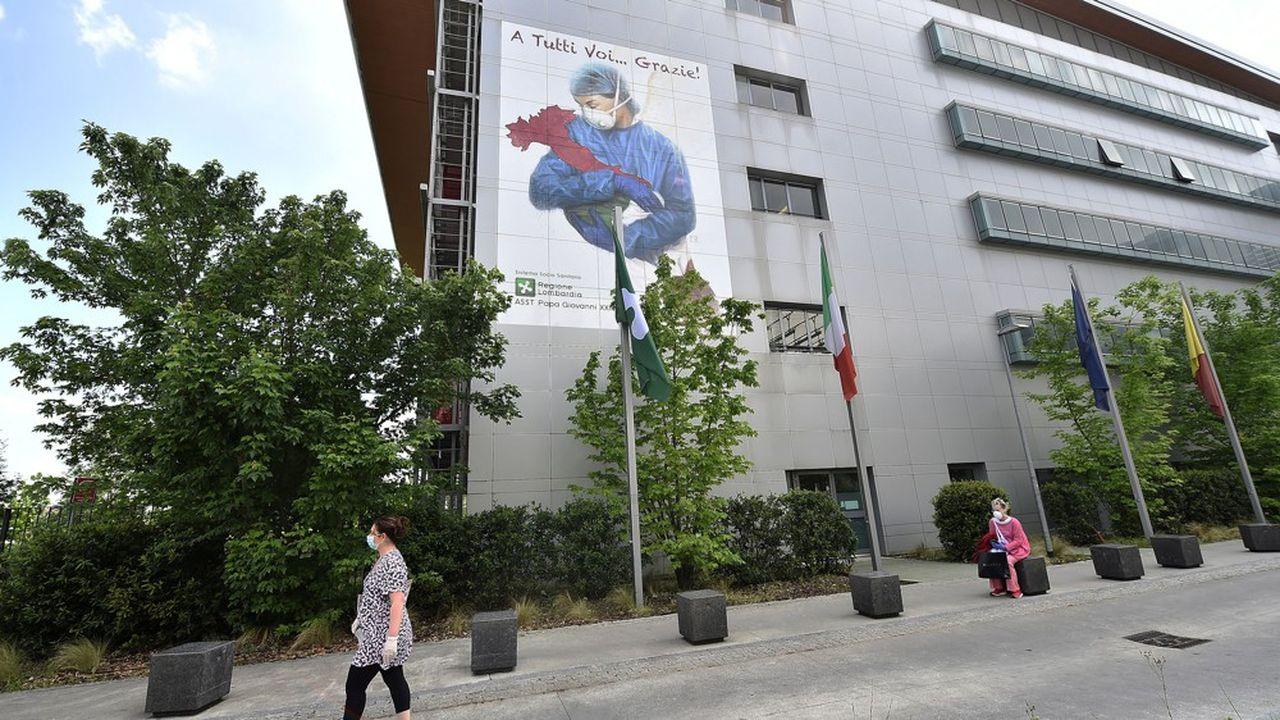 En Italie, le système hospitalier a dû suspendre pendant trois mois ses activités habituelles, et il faudra plus d'un an pour rattraper ce retard.