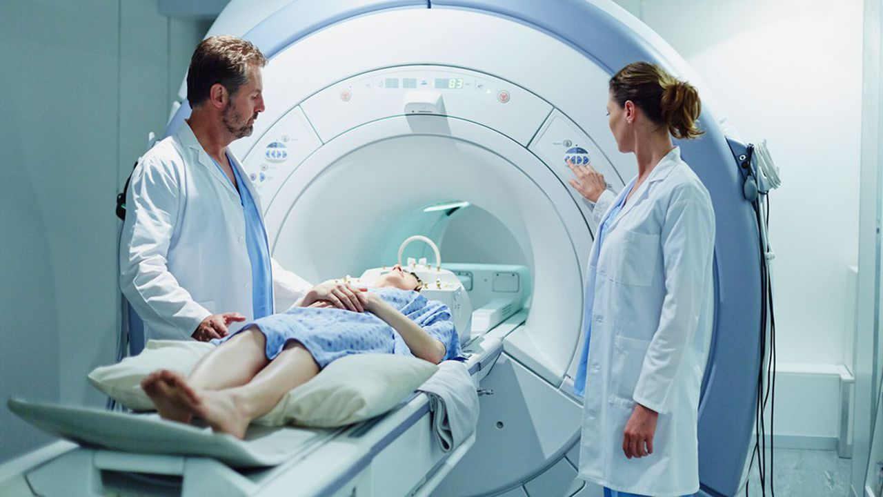 Seul, un scanner thoracique ne permet pas d'éliminer la suspicion d'une infection au SARS-CoV-2 avec une grande fiabilité.