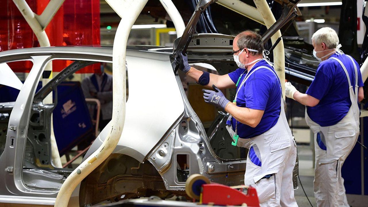 L'industrie automobile subit un choc particulièrement violent, avec une baisse de 74,6% de sa production en avril sur un mois.