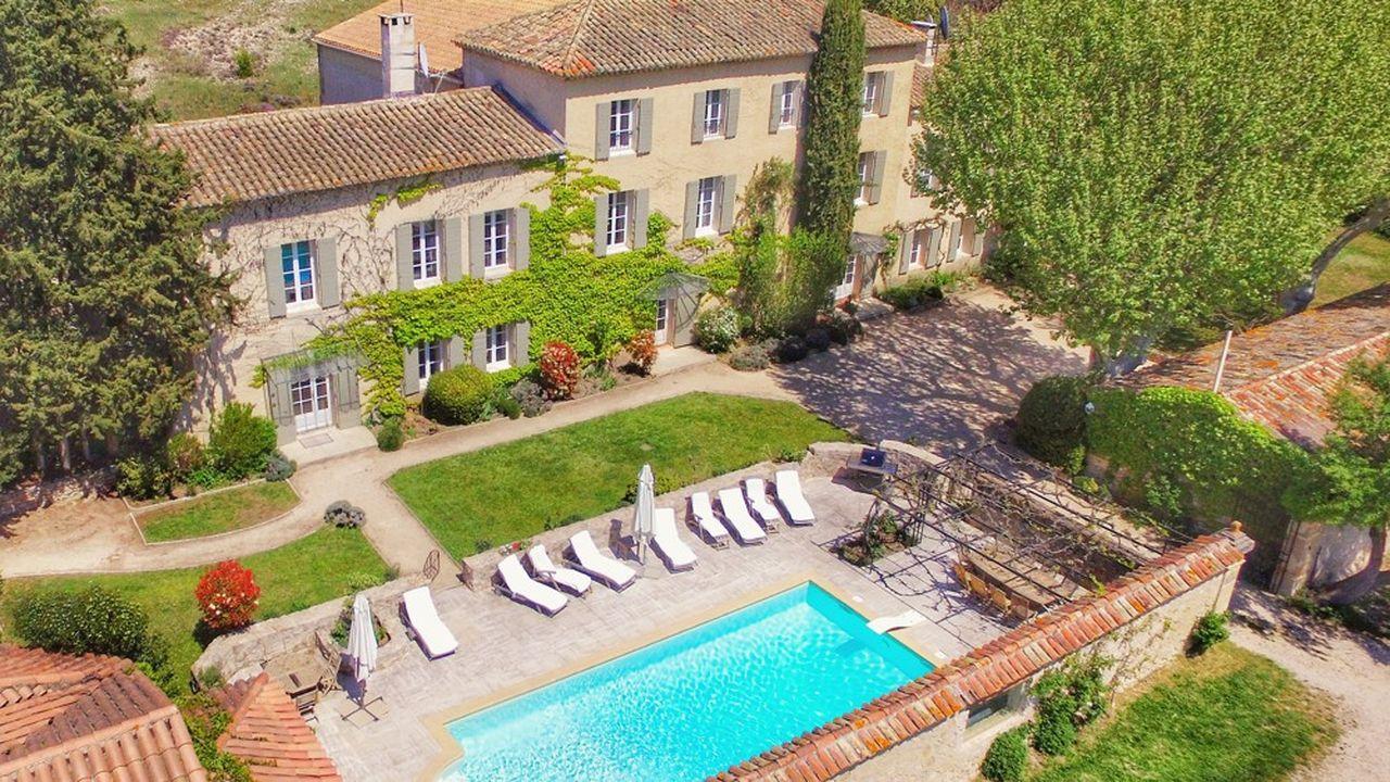 Les voyageurs français semblent intéressés par des maisons individuelles avec piscine à l'intérieur des terres.