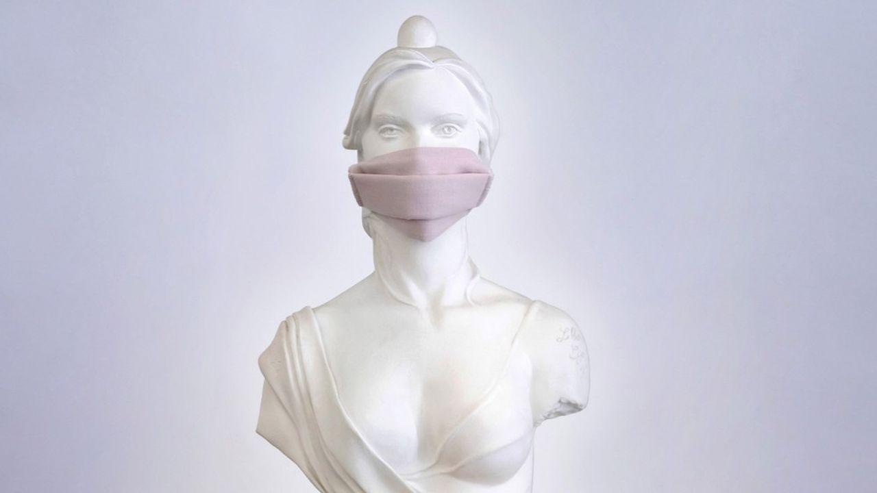 Une statue de Marianne, figure symbolique de la République française, portant un masque en cette période de Covid-19.