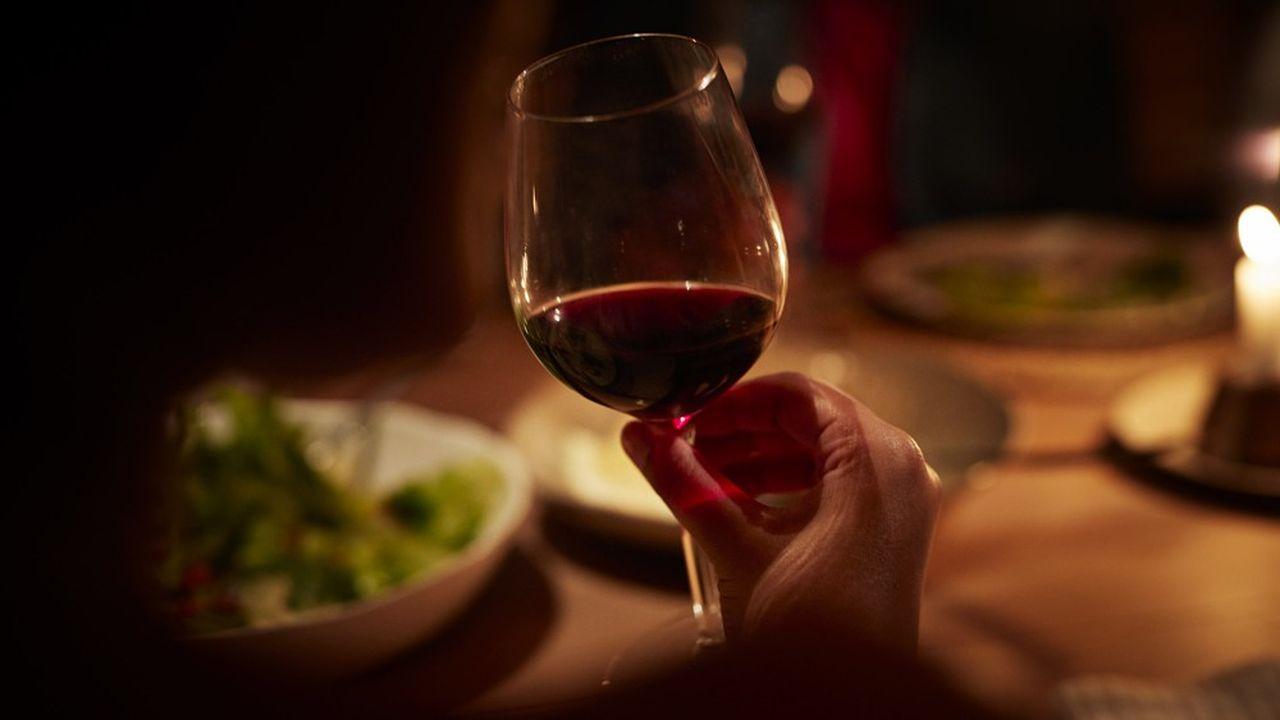 La proportion de Français affirmant consommer «régulièrement» ou «de temps en temps» de l'alcool a diminué de 6 points pendant le confinement.