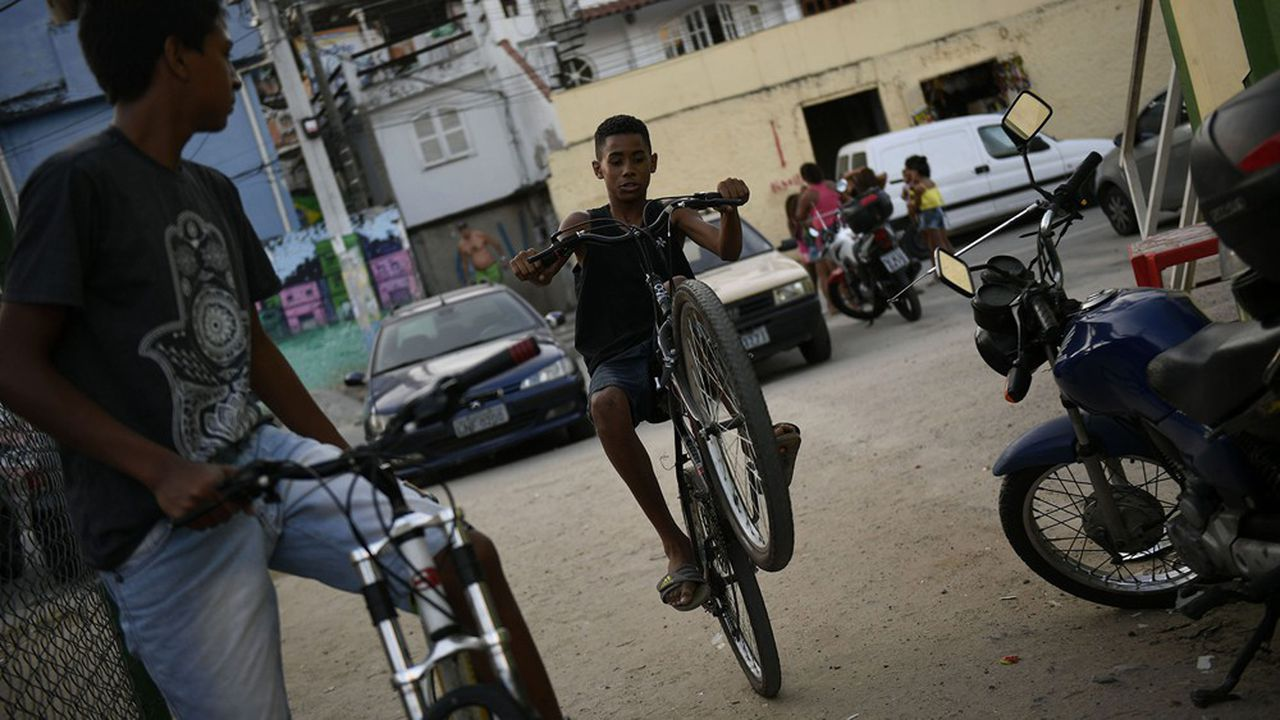 Des adolescents sur leur vélo dans la favela Mangueira à Rio de Janeiro.
