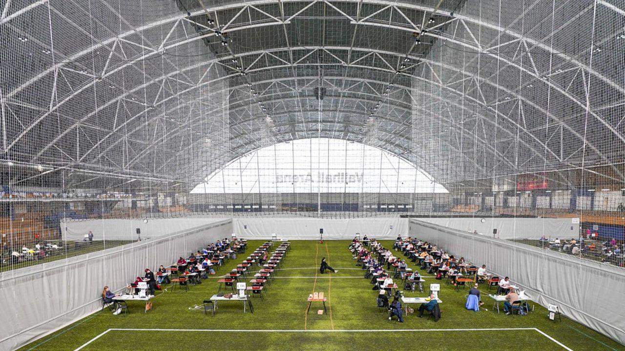 A Oslo (Norvège), le stade couvert Vallhall Arena a été réorganisé pour accueillir la plupart des 19.000examens devant se dérouler dans la capitale, avec la distanciation physique nécessaire au respect des consignes sanitaires.
