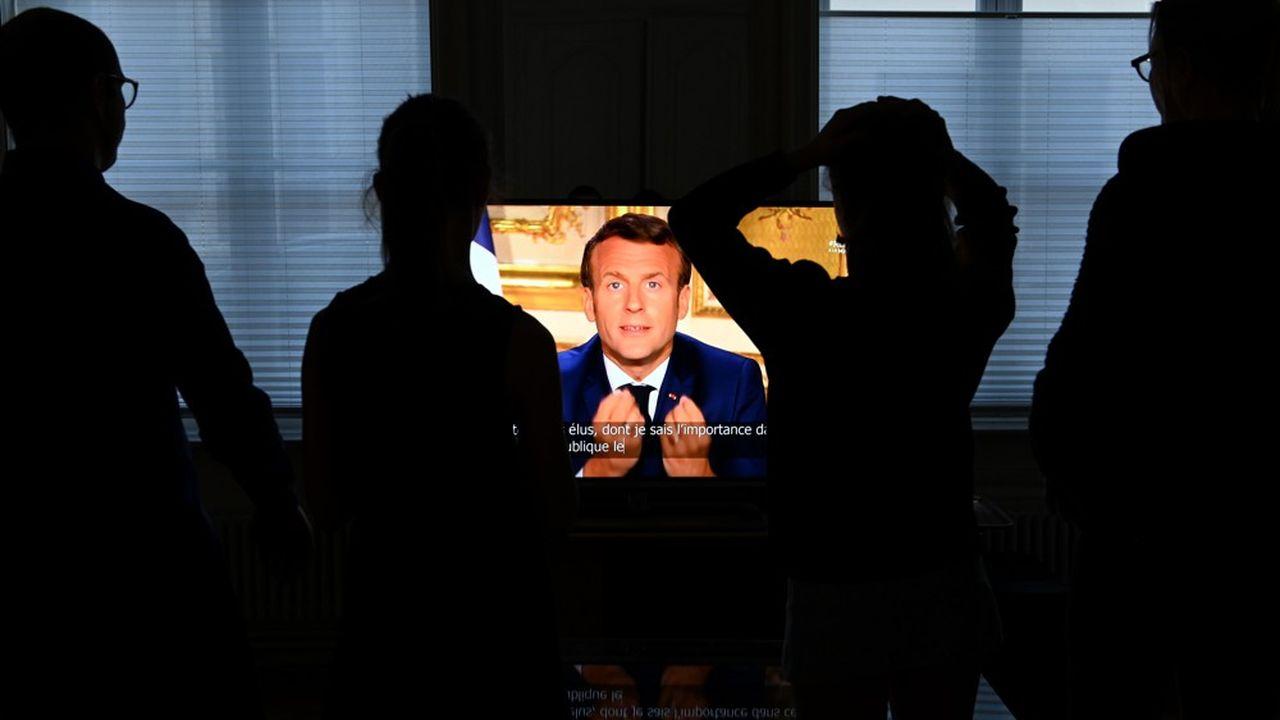 Une famille de Lille regarde la déclaration d'Emmanuel Macron à la télévision, surla pandémie de coronavirus, le 13avril 2020.