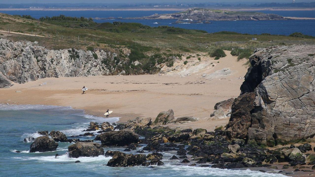 La réouverture des plages, commeici sur la cote sauvage de Saint Pierre Quiberon, dans le Morbihan, était très attendue des Français. Le «Pavillon Bleu» que plusieurs centaines d'entre elles arborent sera un plus pour sauver la saison des professionnels du tourisme.