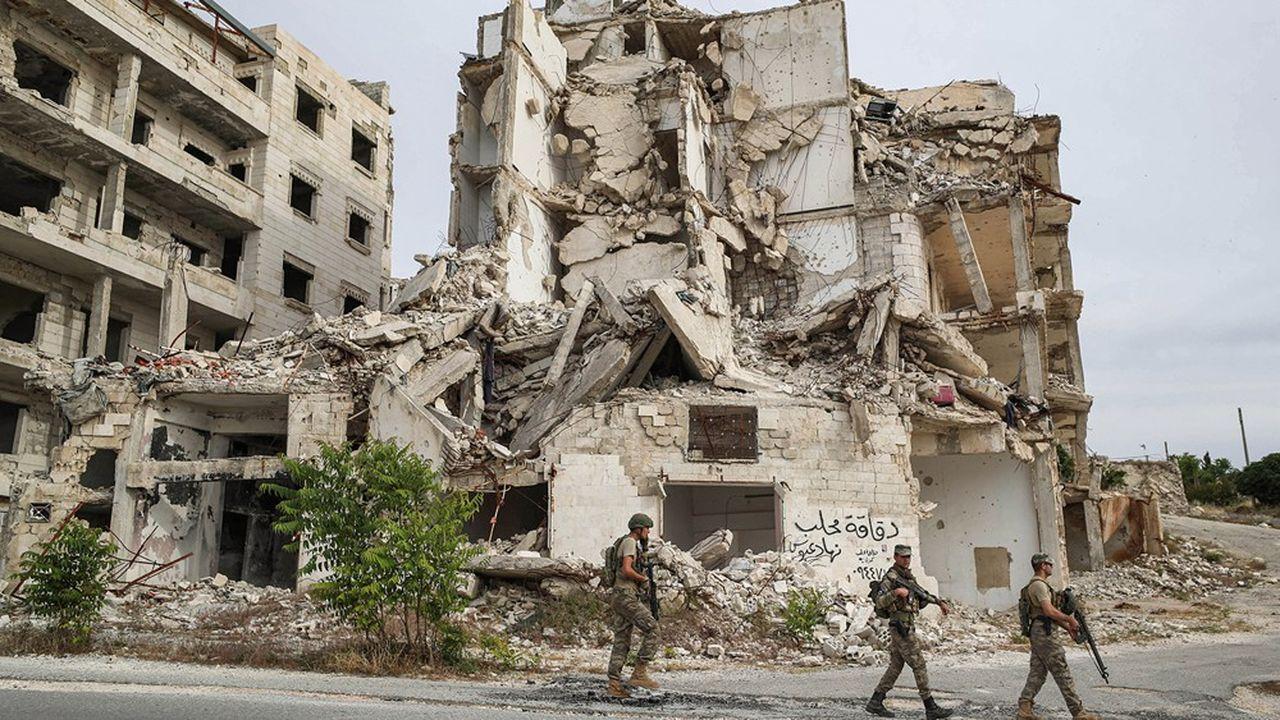 Des soldats turcs patrouillent une ville en Syrie, pays où la quasi-totalité des grandes puissances mondiales et régionales sont impliquées plus ou moins directement
