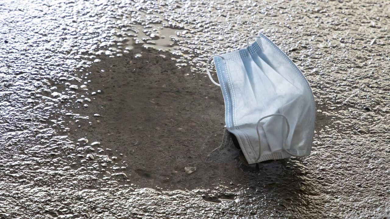 Un masque jetable, dans lequel une couche de polypropylène - une matière plastique - a été glissée entre deux couches de papier, ne se décomposera jamais entièrement.