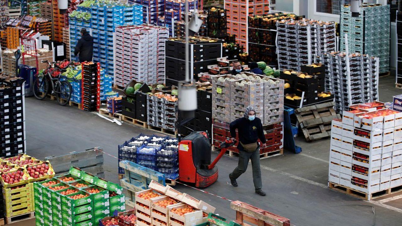 Jour après jour, Rungis, premier marché de gros de produits frais d'Europe, referme la délicate parenthèse du coronavirus.