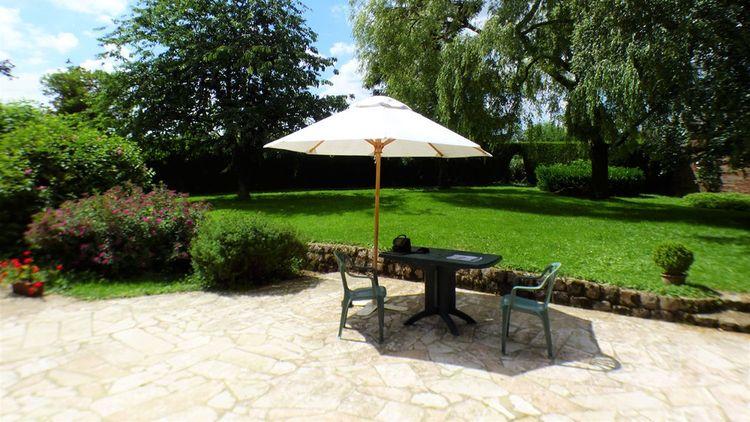 La propriété dispose d'une cour et d'un jardin clos de 2.357 m² au total.