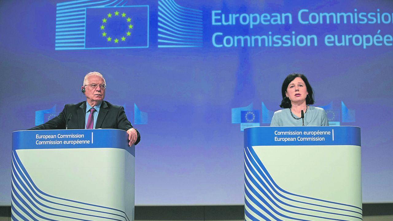 Josep Borrell, le chef de la diplomatie européenne, et Vera Jourova, la vice-présidente de la Commission, n'hésitent pas à pointer les opérations d'influence de la Chine et de la Russie et demandent davantage de transparence aux plateformes numériques.