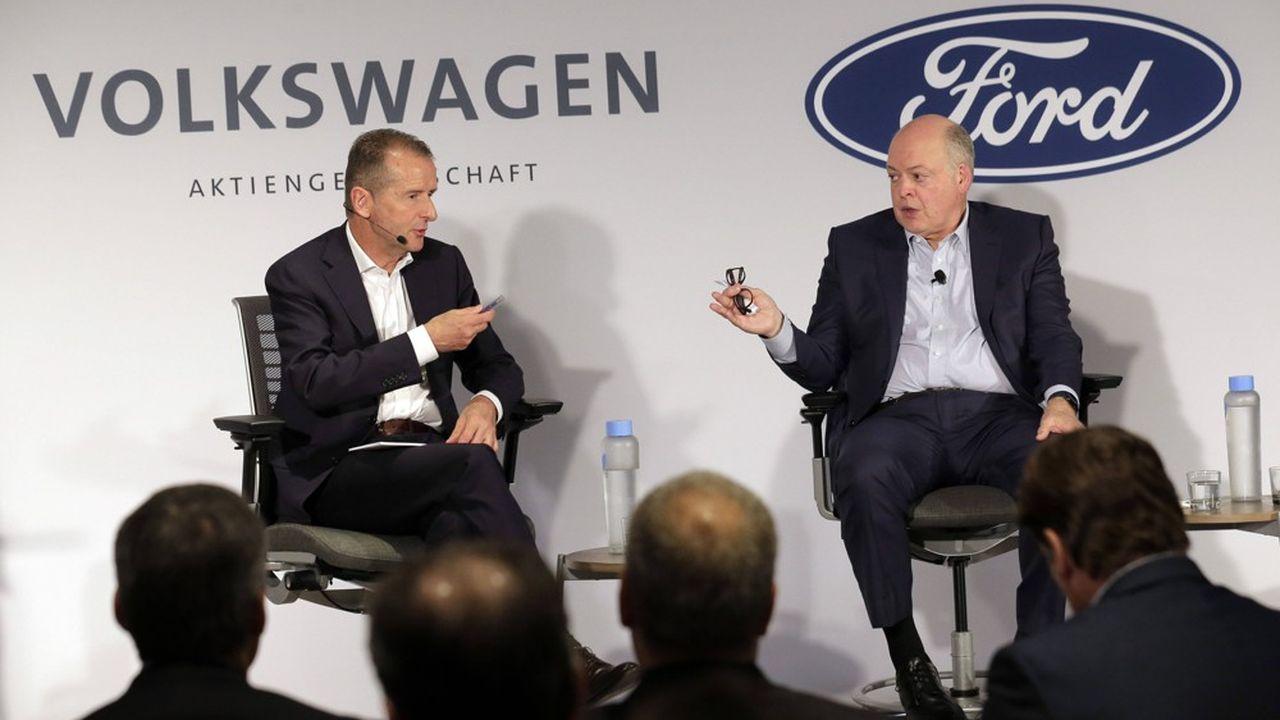 Les patrons de Volkswagen, Herbert Diess (à gauche), et de Ford, Jim Hackett, avaient annoncé cette coopération approfondie lors d'une conférence de presse le 12juillet 2019 à New York.