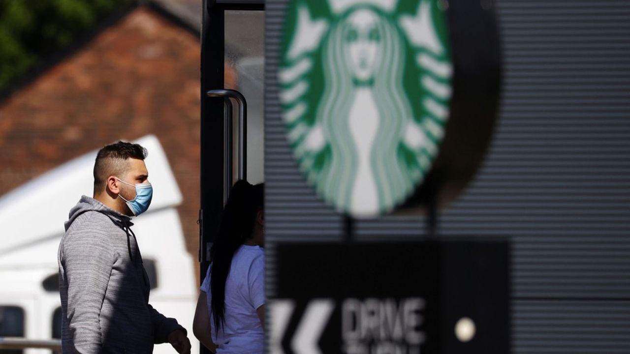Starbucks, en raison de sa taille, apparaît comme un baromètre de la volonté des consommateurs à sortir à nouveau de chez eux et à dépenser de nouveau à mesure que la pandémie s'estompe