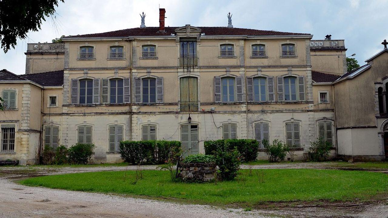 Construit au milieu du XVIIIesiècle, le château devient propriété de la mère d'Antoine de Saint-Exupéry à la fin du XIXesiècle.