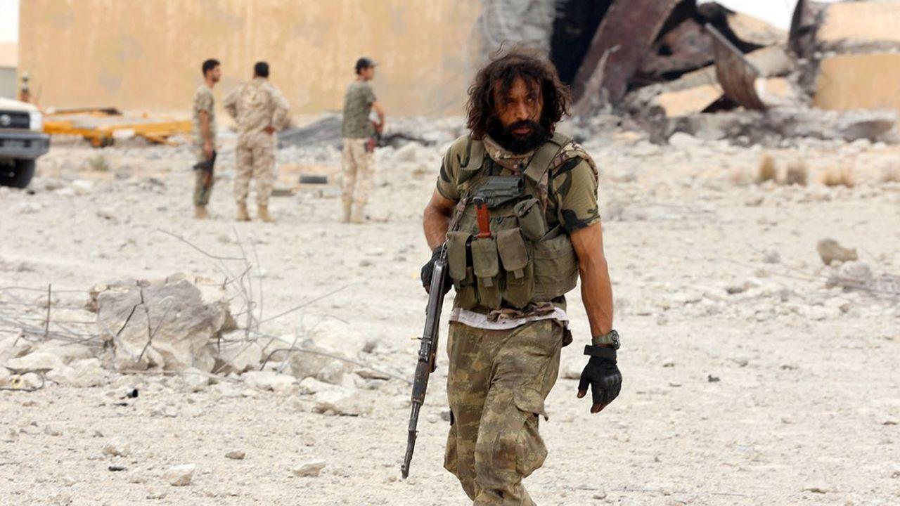 Un membre des forces du gouvernement GNA patrouille sur la base de Watiya, près de Tripoli.