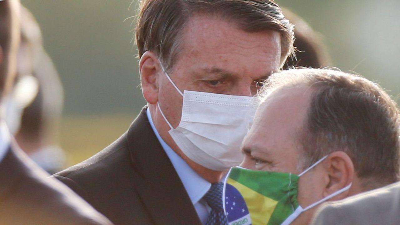 Le président du Brésil, Jair Bolsonaro, en conversation avec son ministre de la Santé par intérim Eduardo Pazuello, Brasilia, 9juin 2020.