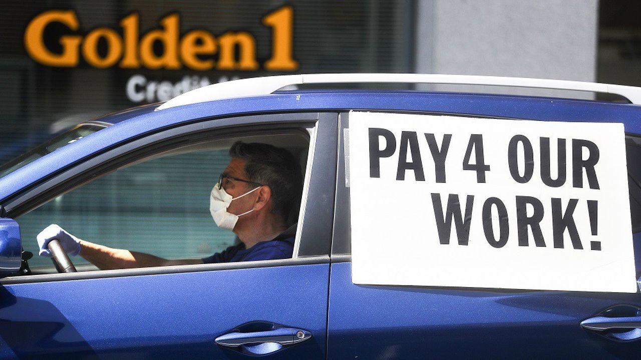 De nombreux chauffeurs, comme ici à Los Angeles, ont affiché des pancartes à leur véhicule en signe de protestation contre les plateformes de VTC.