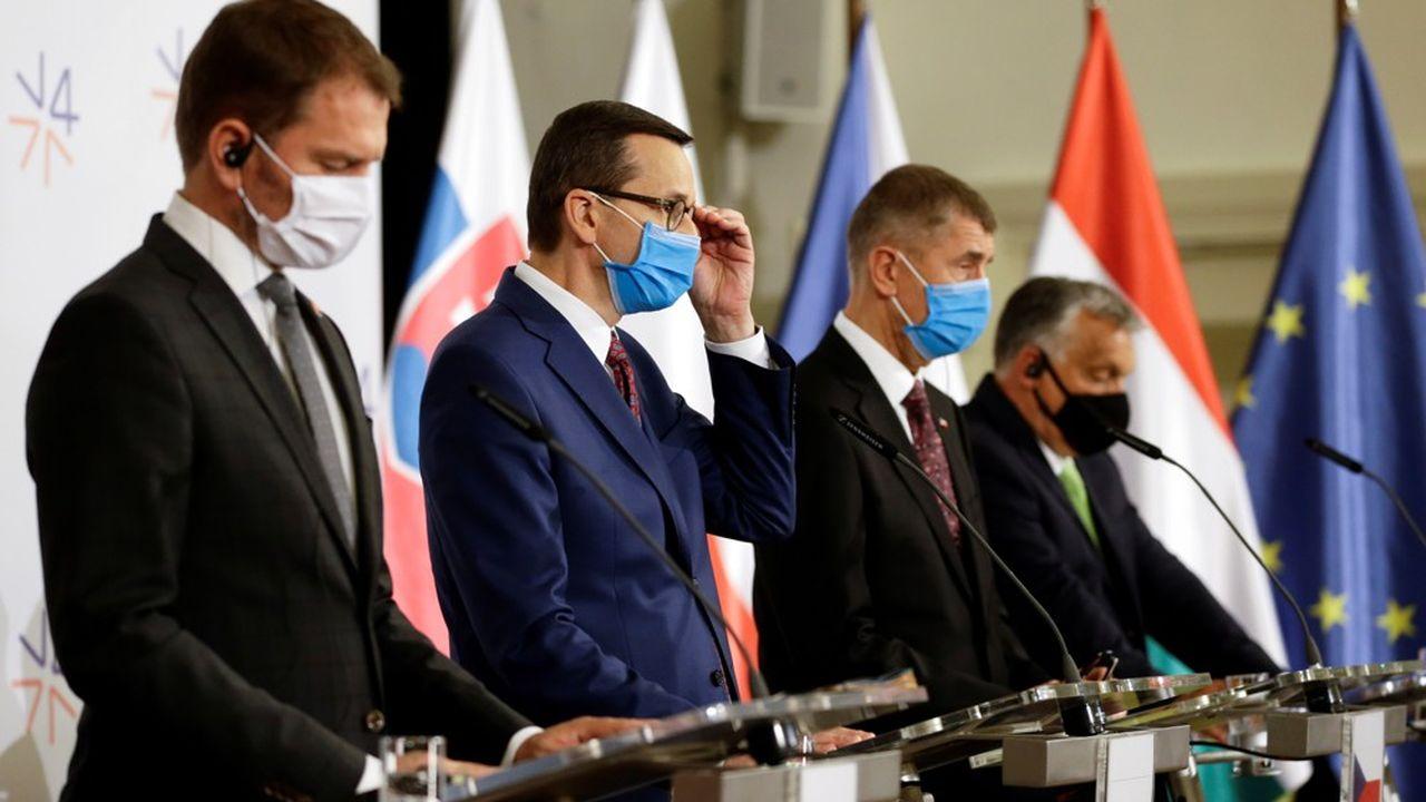 De gauche à droite se tiennent le Premier ministre slovaque Igor Matovic et ses homologues polonais, Mateusz Morawiecki, tchèque, Andrej Babis et hongrois, Viktor Orban.