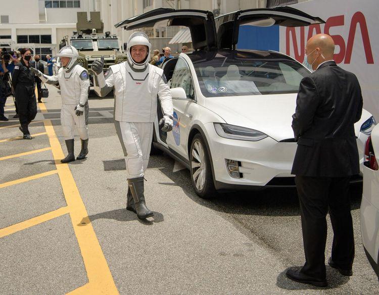 Les astronautes Douglas Hurley (à gauche) et Robert Behnken sortent des Tesla Model X qui les ont conduits jusqu'au pas de tir.
