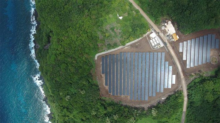 Sur les îles Samoa américaines, Tesla a installé un Powerpack (stockage d'énergie) en plus de panneaux solaires. Le gouvernement local a fait appel au californien pour mettre en oeuvre son indépendance énergétique.