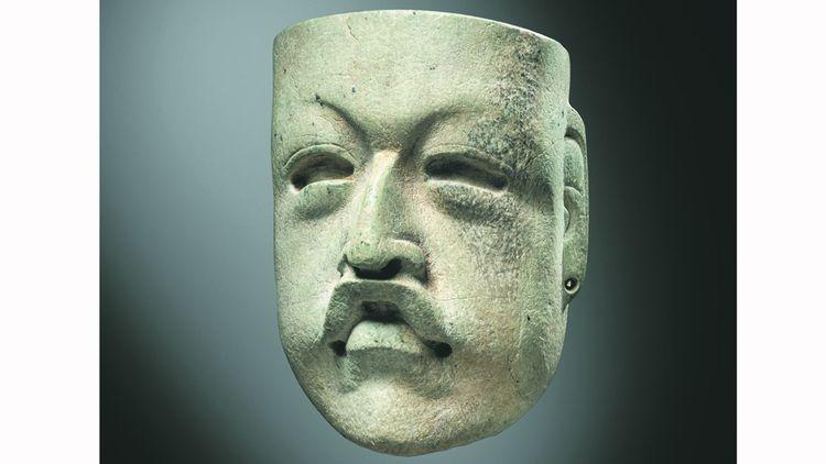 Petit masque anthropomorphe. Culture Olmèque, Mexique. Préclassique moyen, 900-400 avant J.-C. Serpentine verte à surface blanc-beige.