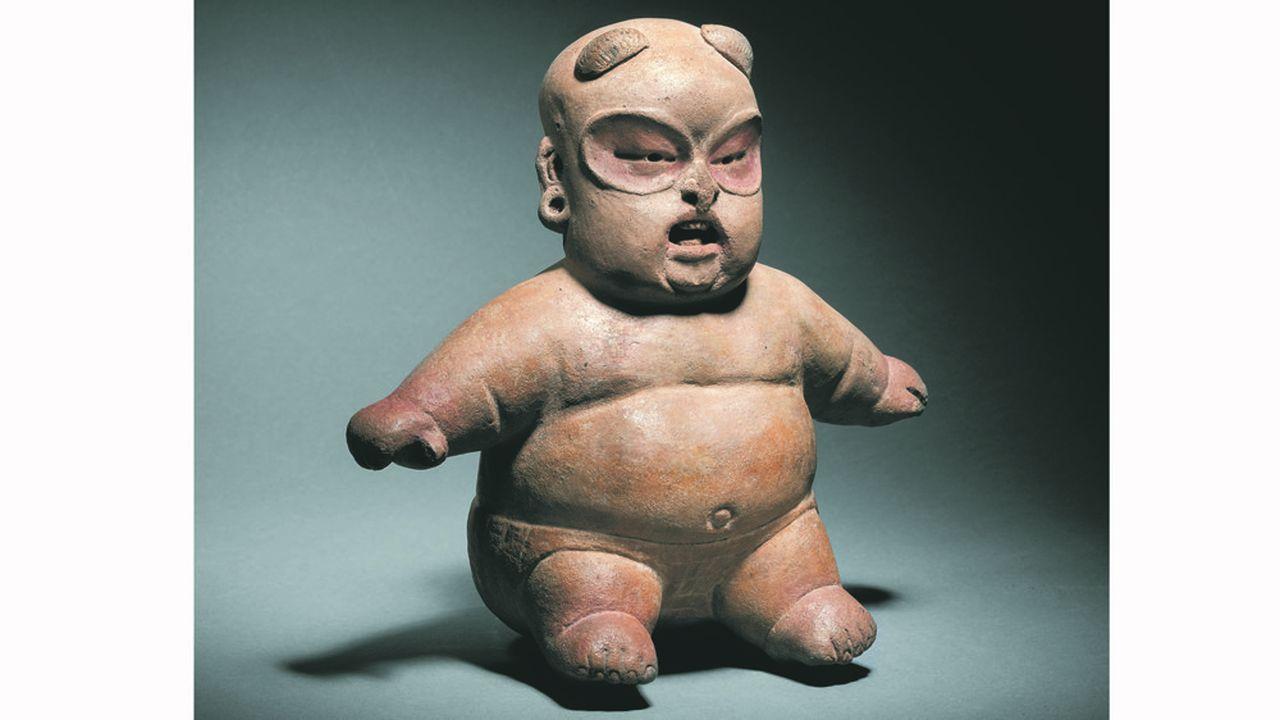 Figurine assise de type Baby face. Culture Olmèque, Tlatilco, Mexique. Préclassique moyen, 1200-900 avant J.-C. Céramique à engobe blanc crème, restes de pigment rouge. H.24cm - L. 21,2cm.