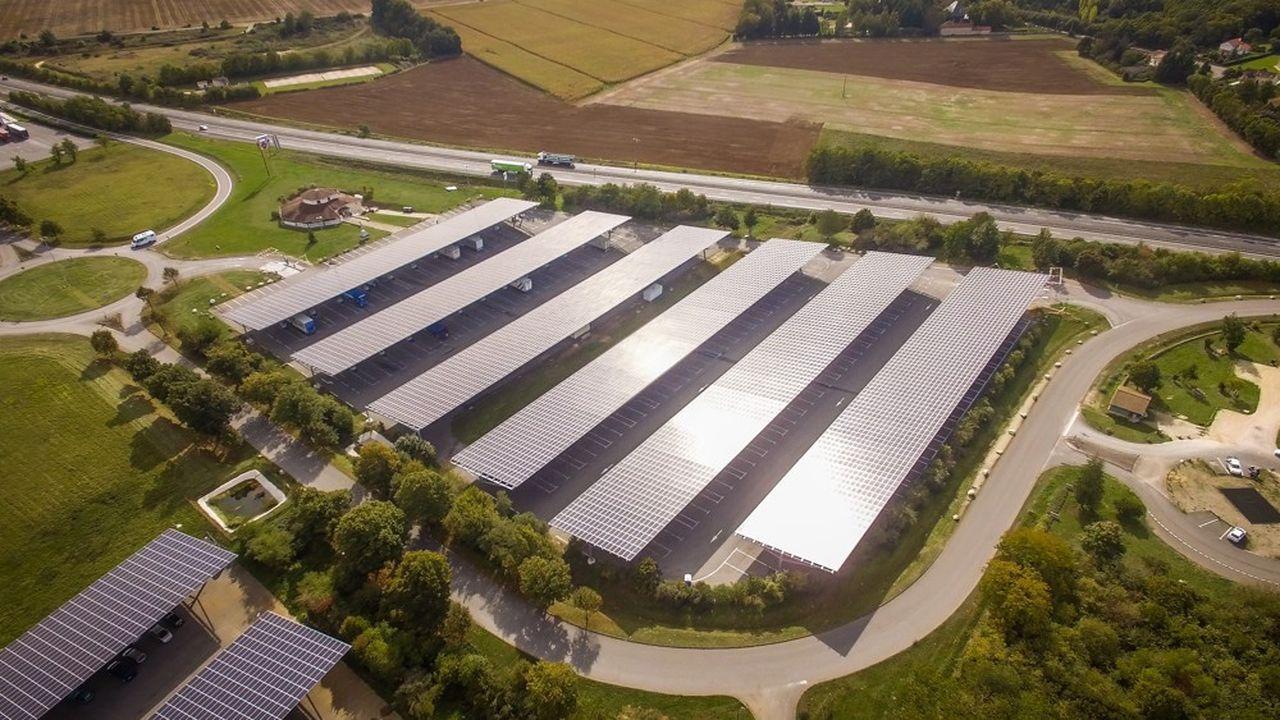 Limalonges en Charente est le plus grand parking couvert par du solaire en France, le long de la N10 entre Bordeaux et Poitiers.