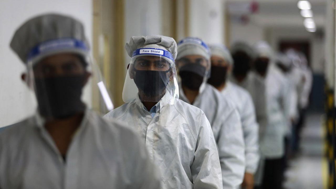Des ouvriers d'une usines fabricant des téléphones mobiles à Noida, en Inde, juin 2020.